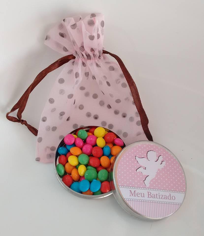 Latinhas personalizadas com balinhas coloridas, chocolates e até pingentes